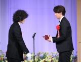 『第28回読売演劇大賞』贈賞式に出席した(左から)菅田将暉、小瀧望(C)読売新聞社