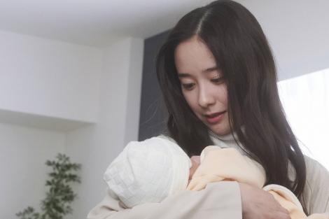 『サロガシー』より産まれた子どもを抱く環(堀田真由)(C)フジテレビ