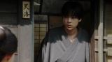玄関の扉を開ける天海一平(成田凌)=連続テレビ小説『おちょやん』第13週・第61回より (C)NHK