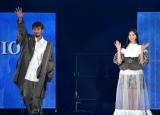 『第32回 マイナビ 東京ガールズコレクション 2021 SPRING/SUMMER』に登場した(左から)竹内涼真、中条あやみ (C)ORICON NewS inc.