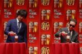 キリンビール『新しい本麒麟』新CM発表会に参加した(左から)江口洋介、タモリ