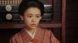 シズとみつえの会話を聞く竹井千代(杉咲花)=連続テレビ小説『おちょやん』第13週・第62回より (C)NHK