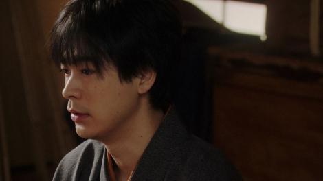 劇団員にあることを言う天海一平(成田凌)=連続テレビ小説『おちょやん』第13週・第62回より (C)NHK