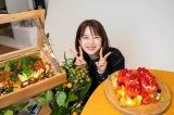 『弘中綾香の純度100%』発売当日、インスタLIVEで30歳の誕生日を祝った弘中綾香(C)マガジンハウス