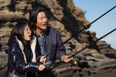 『ウチの娘は、彼氏が出来ない!!』第8話に出演する浜辺美波、豊川悦司 (C)日本テレビ