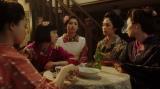 カフェーキネマで千代(杉咲花)と話しをする、純子(めがね)、真理(吉川愛)、洋子(阿部純子)、京子(朝見心)=連続テレビ小説『おちょやん』第13週・第63回より (C)NHK