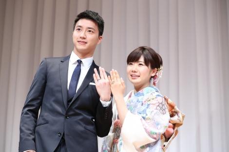 結婚会見を行った福原愛選手(右)と夫の江宏傑選手 (C)Shutterz Inc.