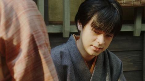 千代の話を聞く天海一平(成田凌)=連続テレビ小説『おちょやん』第13週・第65回より (C)NHK