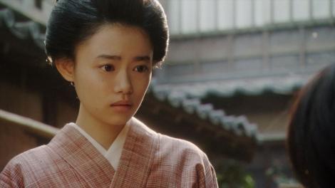 一平にあることを言う千代(杉咲花)=連続テレビ小説『おちょやん』第13週・第65回より (C)NHK
