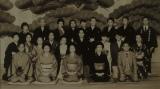 関係者勢ぞろいの記念写真=連続テレビ小説『おちょやん』第13週・第65回より (C)NHK