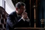 第二話より、阪神銀行頭取室の大介(中井貴一)(C)WOWOW
