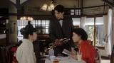 (左から)富川みつえ(東野絢香)、富川福助(井上拓哉)、千代(杉咲花)。 福富でチャップリン来日について話す千代たち=連続テレビ小説『おちょやん』第14週・第66回より (C)NHK
