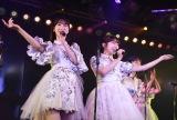 秋葉原の専用劇場で『東日本大震災復興支援特別公演』を行ったAKB48(左から)柏木由紀、峯岸みなみ(C)AKB48