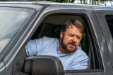 """素なのか役作りなのか、全くわからないヤバすぎる""""男""""を演じるラッセル・クロウ=映画『アオラレ』5月14日公開 (C)2021 SOLSTICE STUDIOS. ALL RIGHTS RESERVED."""