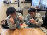 『さまぁ〜ず&フワちゃんの視聴者様に飼われたい!』テレビ東京系で3月17日放送。「水分を雨水でなんとかする生活」に挑戦したエイトブリッジ(C)テレビ東京