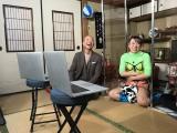 リモート取材を受けている最中のフワちゃんと小峠英二(バイきんぐ)=『視聴者様に飼われたい!第3弾』テレビ東京系で3月17日放送(C)テレビ東京