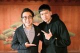 金曜ドラマ『俺の家の話』第9話に出演するムロツヨシ(左)と主演の長瀬智也(C)TBS