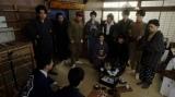 楽屋にいる見知らぬ男に驚く一同=連続テレビ小説『おちょやん』第16週・第76回より (C)NHK