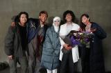 『君と世界が終わる日に』をクランクアップした滝藤賢一(中央)と笑顔で撮影する竹内涼真らメインキャスト (C)日本テレビ