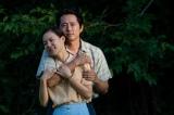 映画『ミナリ』(公開中)主人公とその妻を演じたスティーヴン・ユァンとハン・イェリ (C) 2020 A24 DISTRIBUTION, LLC   All Rights Reserved.