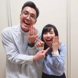 結婚指輪をアピールするハナコ・菊田竜大(左)とハルカラ・和泉杏