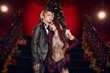 クリスマスのセットを背にぴったり寄り添うちゃんみな & SKY-HI