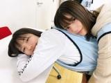 渡邉美穂(左)の背中にもたれかかる小坂菜緒(撮影/佐々木久美)=『日向撮VOL.01』より
