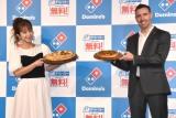 ドミノ・ピザ新サービス「デリバリー Lを買うとM無料!」お披露目イベントに登場した(左から)辻希美、トッド・ライリーCMO (C)ORICON NewS inc.