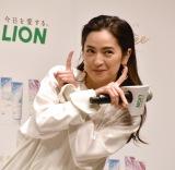 シュウペイポーズを披露する中村アン=『Lightee』新CM・新製品発表会 (C)ORICON NewS inc.
