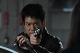 現馬(唐沢寿明)が銃口を向ける相手は?=ドラマ『24 JAPAN』第24話(3月26日放送)より(C)テレビ朝日