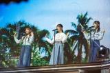"""(左から)濱岸ひより、小坂菜緒、金村美玖の""""2002年組""""は「もうこんなに好きになれない」を披露 Photo by 上山陽介"""