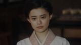壮行会で盛り上がるみんなを見る千代(杉咲花)=連続テレビ小説『おちょやん』第17週・第82回より (C)NHK