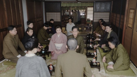 福助を囲んで壮行会を行う一同=連続テレビ小説『おちょやん』第17週・第82回より (C)NHK