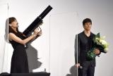綾瀬はるかがバズーカ砲で西島秀俊の誕生日を祝福