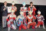 ウルトラマンがギネス記録に認定!(後列左から)カルロス氏、初代ウルトラマン、ウルトラマンギンガ、根岸拓哉、(前列左から)ウルトラマン80、ウルトラマンゼロ、ウルトラマンタロウ、ウルトラマンティガ (C)ORICON NewS inc.