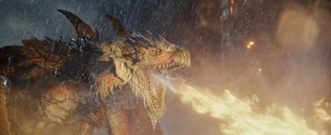 『映画モンスターハンター』(公開中)絶望的なほどのスピードとパワーで襲い来る、火竜の雄・リオレウス (C) Constantin Film Verleih GmbH