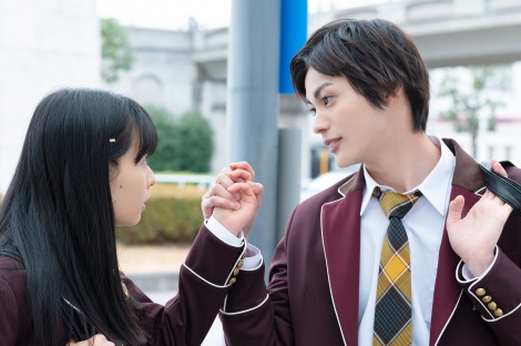 ABEMA4月新ドラマ『ブラックシンデレラ』に出演する(左から)莉子、神尾楓珠(C)AbemaTV,Inc.