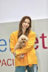 日本最大級のペットイベント『第10回インターペット』に愛犬・はなびと登場した香里奈