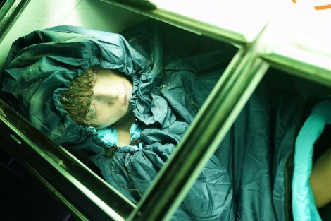 """まるで本当に凍っているような""""冷凍亮""""(白洲迅)=『私の夫は冷凍庫に眠っている』(4月10日スタート) (C)テレビ東京"""