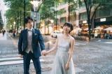 """桃&夫の""""手繋ぎ""""ウエディングフォト(写真は桃のオフィシャルブログより)"""