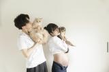 ふっくらお腹がチラリ…第1子妊娠中の桃・夫・愛猫の4ショット(写真は桃のオフィシャルブログより)