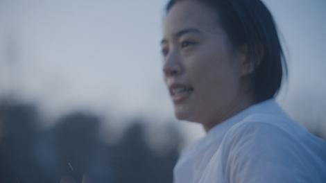 石橋静河が出演する『サントリー天然水』の新CM「雨あがる」篇