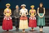 舞台『フラガール−dance for smile−』の公開ゲネプロ・舞台あいさつに出席した(左から)山内瑞葵、有森也実、樋口日奈、安田愛里、矢島舞美