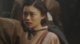 空襲を受けた道頓堀の様子に驚く千代(杉咲花)=連続テレビ小説『おちょやん』第18週・第86回より (C)NHK