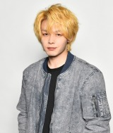 金髪姿を公開した中村倫也(C)「珈琲いかがでしょう」製作委員会