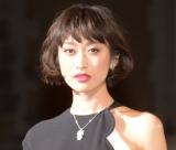 山田優、シルバーグレー髪を披露