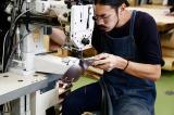 土屋鞄製造所のランドセルリメイクは職人の手作業で行われる