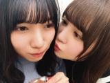 河田陽菜(左)を溺愛する加藤史帆(撮影/丹生明里)=『日向撮VOL.01』より