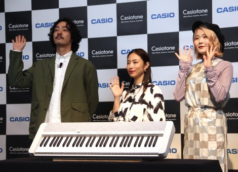 """『電子キーボード""""Casiotone""""新製品発表会』に登場した(左から)上杉柊平、MEGUMI、ハラミちゃん (C)ORICON NewS inc."""