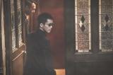 怪しい表情でどこかへと入っていく日岡(松坂桃李)=映画『孤狼の血 LEVEL2』(8月20日公開) (C)2021「孤狼の血 LEVEL2」製作委員会
